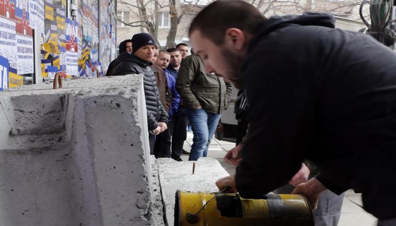 В Днепре активисты замуровали отделение «Сбербанка России». Видео