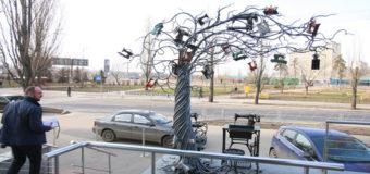 В Киеве на дереве «созрели» швейные машинки. Фото