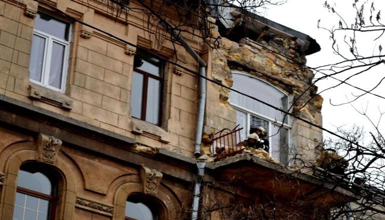 Дыра в квартире: в Одессе рухнула часть стены жилого дома. Фото
