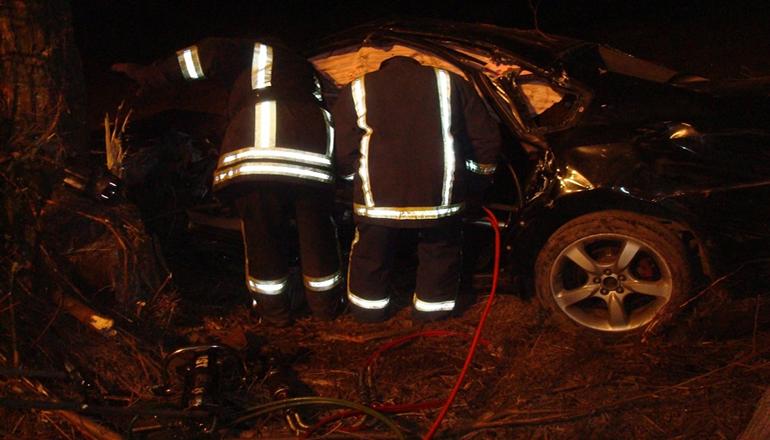 На Киевщине Subaru с шестью людьми влетело в дерево