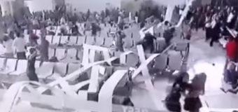 В аэропорту Индонезии на пассажиров обрушился потолок. Видео