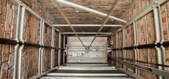 На львовской стройке в шахту лифта упали рабочие
