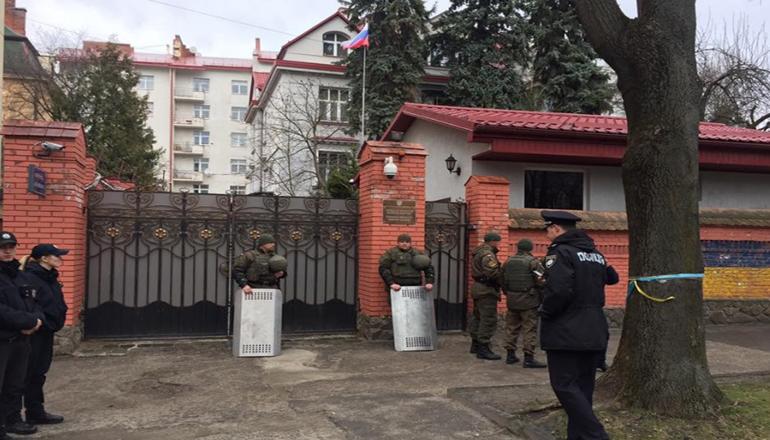 Во Львове пикетировали консульство России. Фото