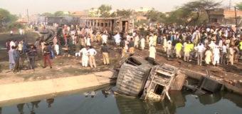 В Пакистане поезд протаранил автоцистерну, есть жертвы