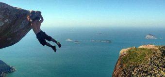 Жуткое селфи в Бразилии: туристов смыло волной со скалы, есть жертвы. Видео
