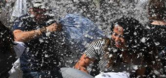 В США прошли массовые битвы подушками. Фото