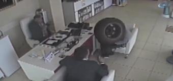 В Турции в аптеку влетело на полной скорости колесо от машины. Видео