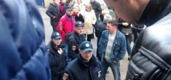 В Одессе произошла драка в очереди за загранпаспортом. Видео
