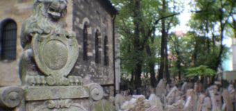 На старинном кладбище в Польше дети осквернили более 100 могил