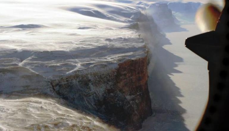 Крупнейший ледник Гренландии стремительно разрушается