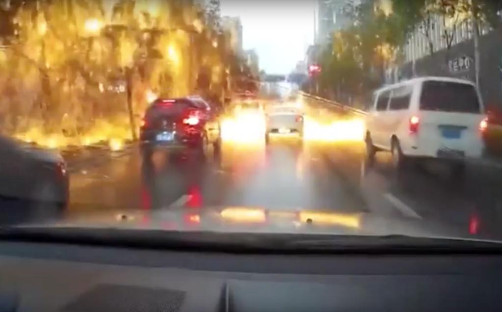 Самая эффектная молния: в Китае удар молнии привел к огненному дождю. Видео