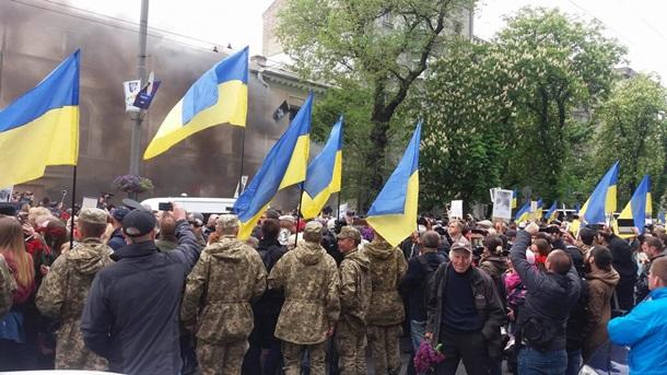 Из офиса ОУН в Киеве бросают яйца в полицию, стоит столб дыма. Фото