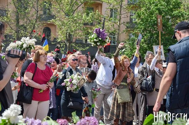 Конфликт в Николаеве: пожилая женщина не желала снимать георгиевскую ленту. Видео