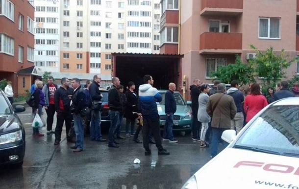 В массовой драке в Одессе полицейскому сломали нос. Видео