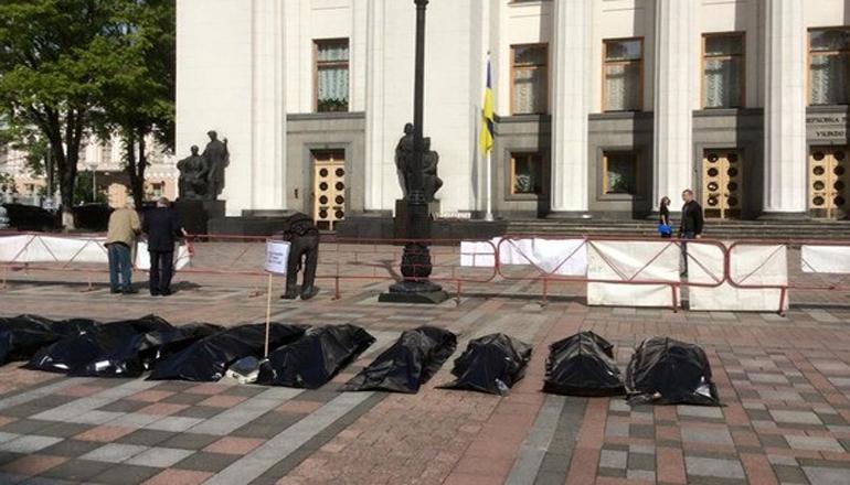 Возле здания Верховной Рады появились «тела в пакетах»