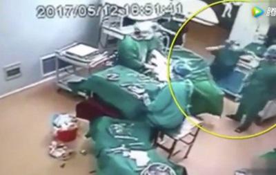 В одной из больниц Китая врачи подрались прямо во время операции. Видео