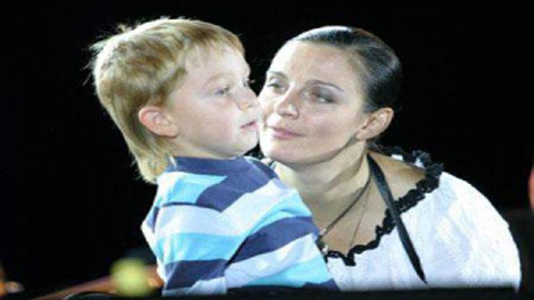 Фотография маленького сына Елены Ваенги на огороде стала сенсацией. Фото