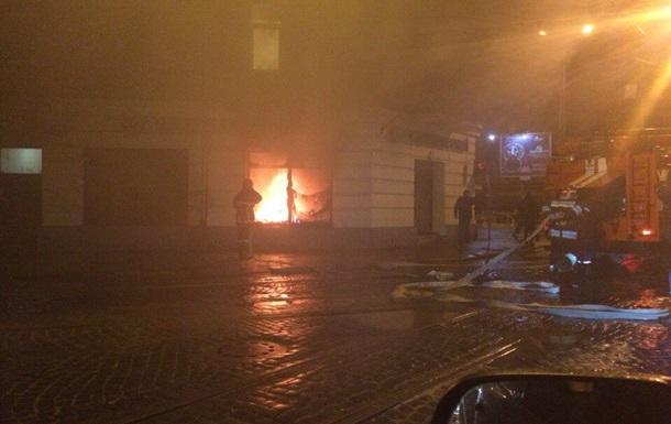 Во Львове неизвестные пытались поджечь российские банки. Видео