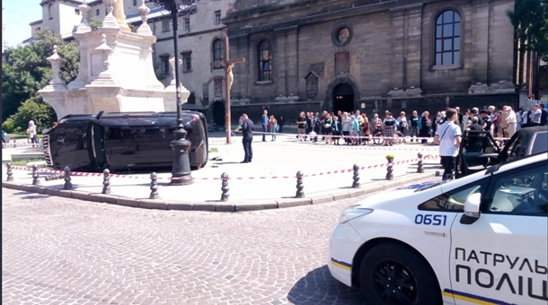 В центре Львова джип врезался в толпу людей, есть жертвы. Фото. Видео