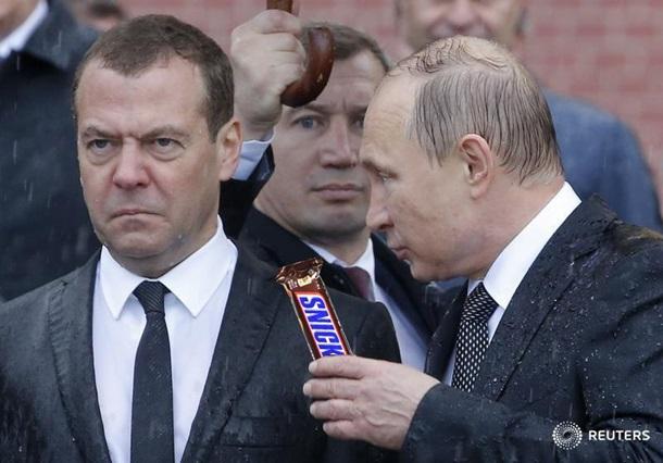 «Он вам не Димон»: Насквозь промокшие Путин и Медведев стали мемом. Фото
