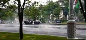 Не хуже, чем в «Форсаж»: в Минске танк на полном ходу жестко снес столб. Видео