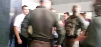 Люди в камуфляже проводят обыски в офисе ПриватБанка в Днепре