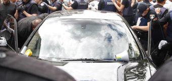 Под Кабмином Porsche въехал в толпу протестующих, водителя чуть не линчевали. Видео