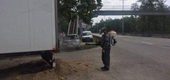 При въезде в Киев неделю стоит грузовик с гнилой рыбой. Фото. Видео