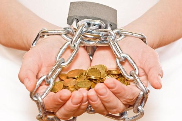 Более 15 тысяч крымчан не могут выехать за границу из-за долгов