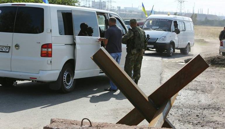 На пунктах пропуска украинцы стоят в огромных очередях