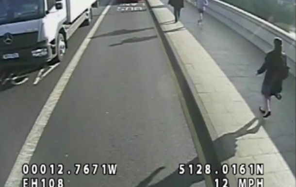 Бегун толкнул женщину-пешехода под колеса автобуса. Видео