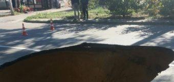 В Одессе на проезжей части провалилась дорога, глубина провала 3 метра. Фото