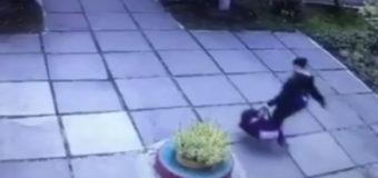 В Сети появилось видео похищения ребенка из детсада в Киеве