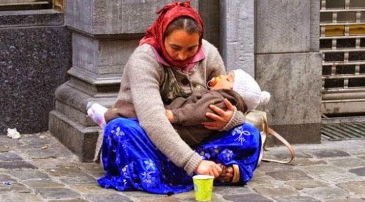 В Днепре задержали попрошайку с больным ребенком