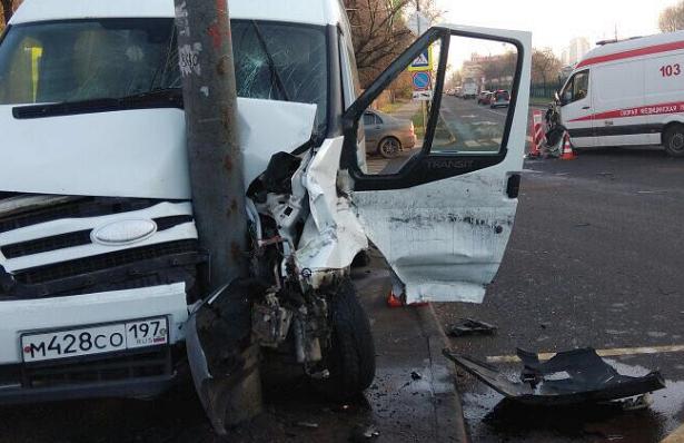 ДТПв Москве с пострадавшими: столкнулись школьный автобус и«скорая»