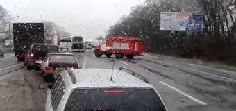Из-за гололеда под Киевом столкнулись 11 автомобилей