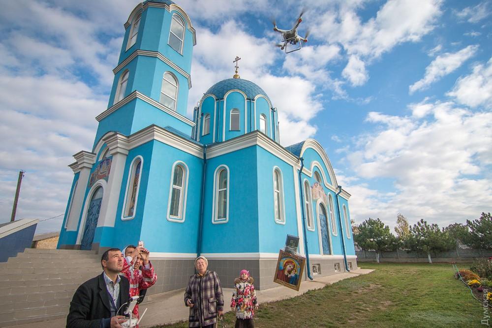 Под Одессой икону привязали к квадрокоптеру и запустили в небо. Фото