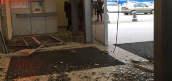 ЧП в Харькове: в торговый центр влетел автомобиль. Видео