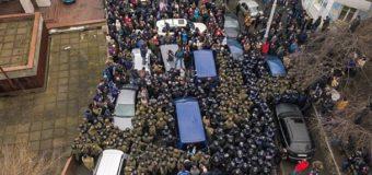 Новые стычки: протестующие заблокировали авто СБУ с Саакашвили. Фото