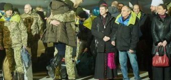 Петр Порошенко приехал в госпиталь к спасенным из плена бойцам. Видео
