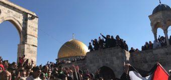 В Иерусалиме многотысячная толпа мусульман вышла на акцию протеста. Видео
