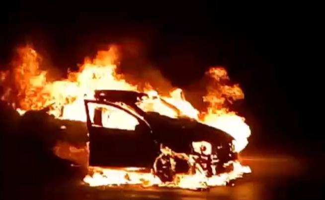 В Киеве на перекрестке сгорел автомобиль. Фото