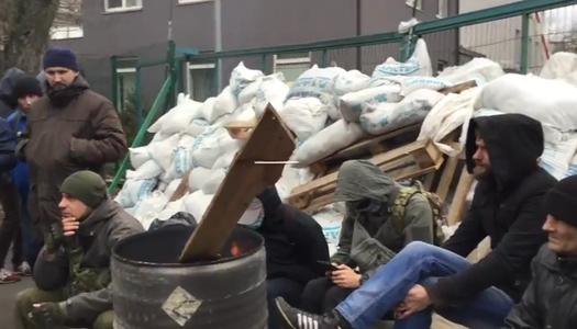 В Киеве активисты заблокировали телеканал NewsOne. Видео