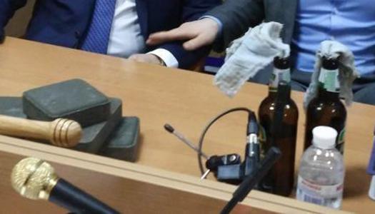 Адвокат Януковича пришел в суд с «коктейлем Молотова» и булыжниками. Фото