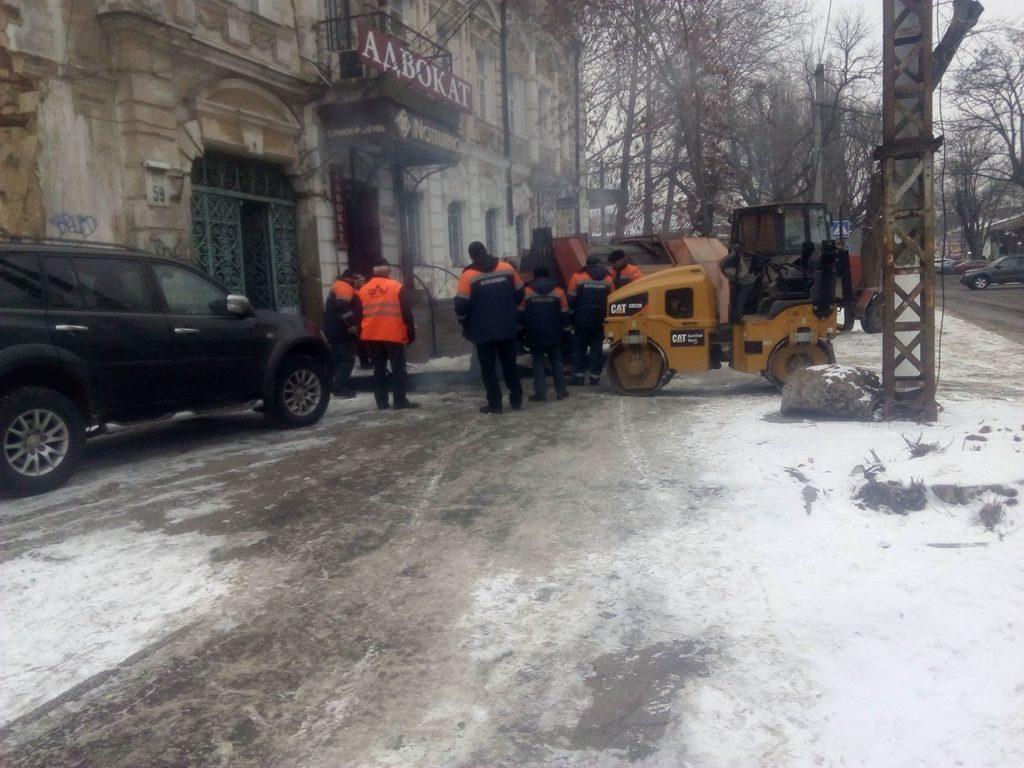 В Николаеве по снегу стелят асфальт. Фотофакт