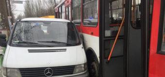 В Николаеве столкнулись троллейбус и «Мерседес». Фото