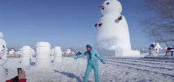 В Китае слепили более двух тысяч снеговиков