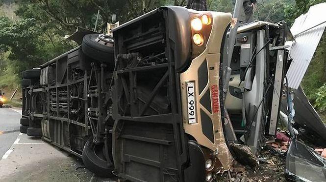 В Гонконге перевернулся двухэтажный автобус с пассажирами, много жертв