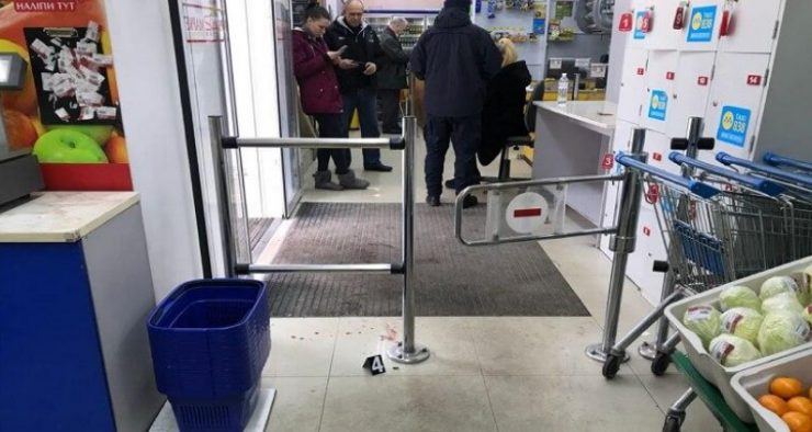 В Киеве мужчина открыл огонь из пистолета в супермаркете