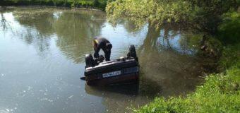 Под Запорожьем машина утонула в озере, погибла женщина. Фото
